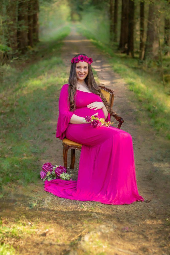 BABYBAUCH FOTOSHOOTING MIT SCHÖNES ROSA KLEID
